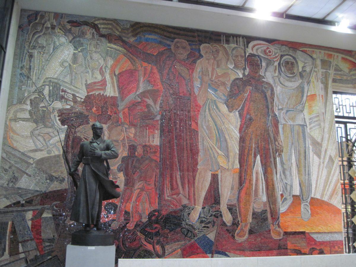 Встретим день и ночь Великой Октябрьской социалистической революции красным роком, товарищи!